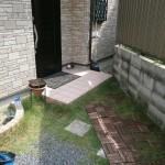 施工前:玄関までの通路が芝生、砂利の為歩きづらく手入れが大変でした。