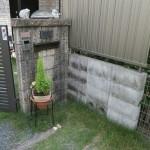 施工前:ブロックで積んだ門柱に門扉が取り付いていました。