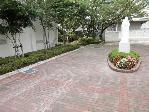 施工前:東門内の低い花壇