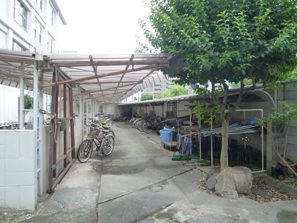 施工前:掃除道具置き場も来客者の目に入る校門横からは移動