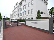 【外周工事:駐車場出口】伝統を感じさせる格式高い外観・明るく安全な構内へ – 兵庫県尼崎市 百合学院中・高等学校の詳細はこちら